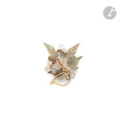 HENRI VEVER Broche en or 18K (750) représentant des feuilles de lierre émaillées...