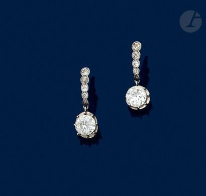 Paire de boucles d'oreilles en or gris 18K (750) serties d'une ligne de 5 diamants...