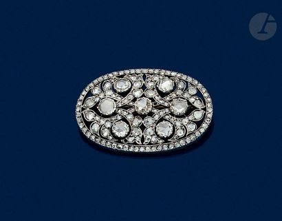 Oval brooch in 18K (750) gold and silver set with 7 main rose-cut diamonds in a...