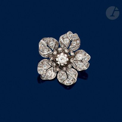 Broche en argent formant une fleur d'églantine, le cœur serti d'un diamant de taille...