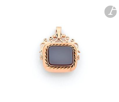 18K (750) gold pendant holding a double-sided swivel agate seal. French work of...
