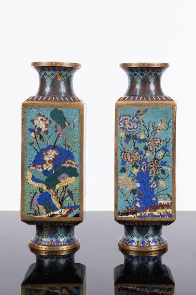 Chine Paire de vases en bronze doré et émaux...