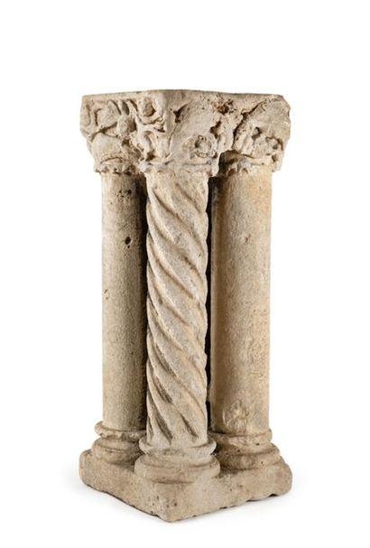 Ensemble de quatre colonnes en pierre calcaire...