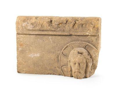 Fragment de bas-relief en pierre calcaire...