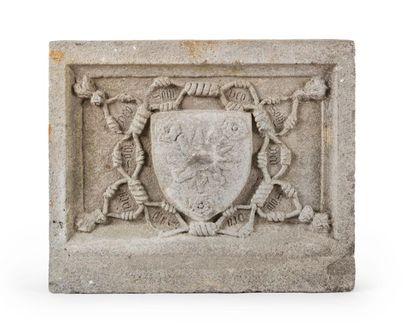 Bas-relief en pierre calcaire grise sculptée...