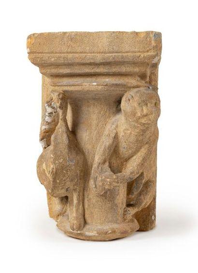 Chapiteau engagé en pierre calcaire sculptée...