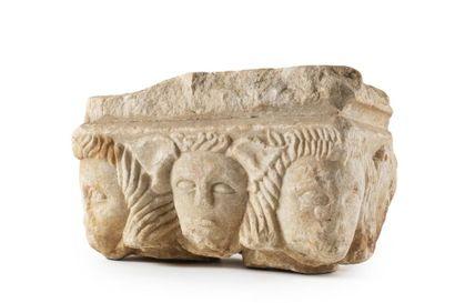 Chapiteau rectangulaire en marbre sculpté...