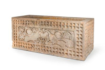 Sarcophage en grès Sarcophage en grès gris sculpté en bas-relief de paons buvant...