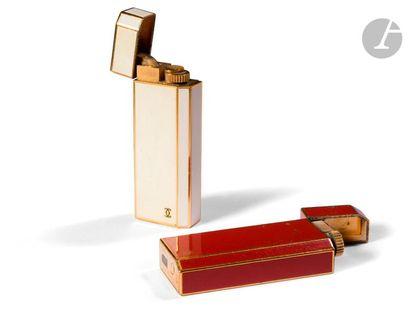 Deux briquets Cartier en métal doré, laqué...
