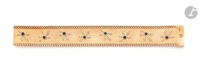 Bracelet ruban en or 18K (750) orné de fleurettes stylisées serties chacune d'un...