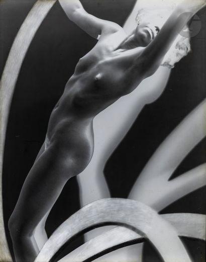 *Frantisek Drtikol (1883-1961) Nu aux cercles,...