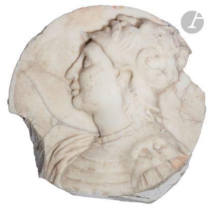 Médaillon en marbre sculpté représentant...