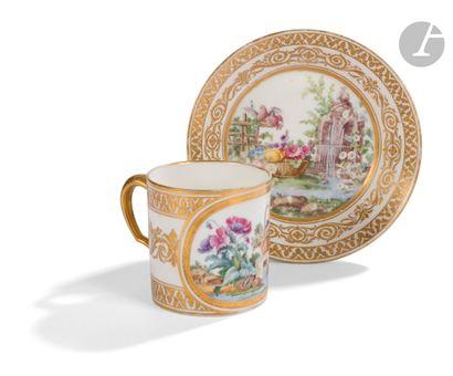 Sèvres Gobelet litron et sa soucoupe en porcelaine...