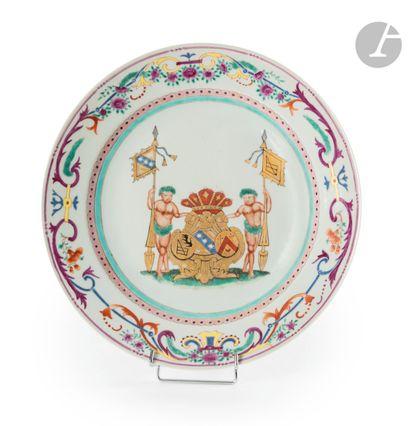 Chine Plat rond en porcelaine à décor polychrome...