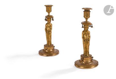 Paire de flambeaux en bronze doré à figures...