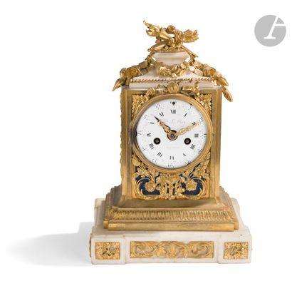 Pendule en bronze doré et marbre blanc, à...