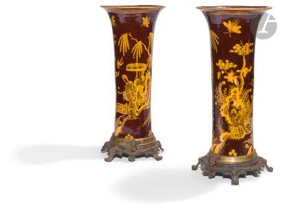 Delft Rare paire de vases de forme cornet...