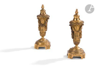 Paire de cassolettes en bronze doré, le fût...