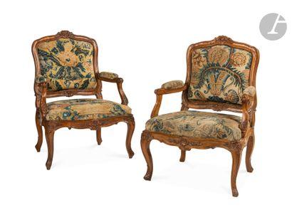 Paire de grands fauteuils à châssis et dossier...