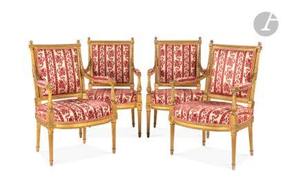 Suite de quatre fauteuils en hêtre doré...