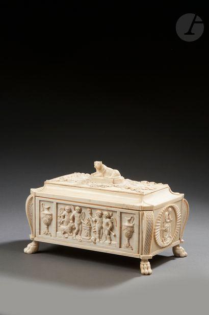 Coffret en ivoire sculpté, ouvrant au-dessus...