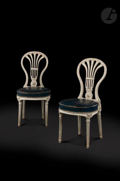 Paire de chaises en hêtre mouluré, peint...