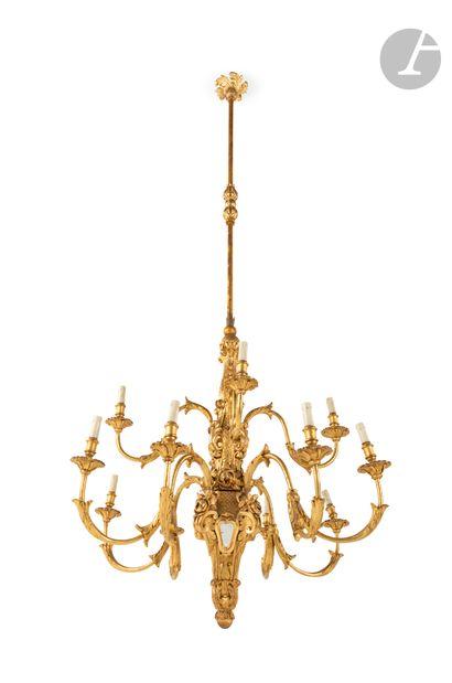 Grand lustre en bois doré à douze lumières...