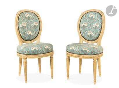 Paire de chaises en hêtre peint, l'assise...