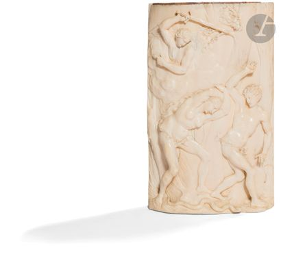 Plaque en ivoire de forme légèrement bombée...