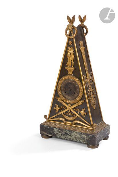 Pendule en tôle patinée et bronze doré de...