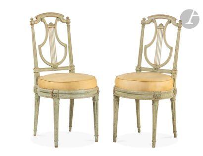 Paire de chaises à châssis en hêtre mouluré,...