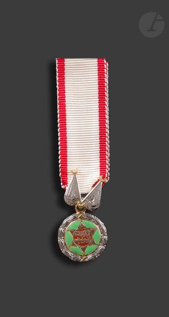 MAROC Miniature de la médaille du mérite militaire chérifien. En métal argenté et...