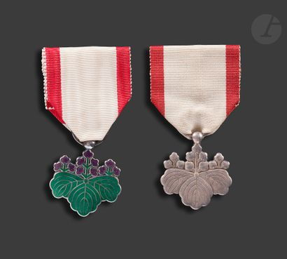 JAPON ORDRE DU SOLEIL LEVANT Deux insignes...