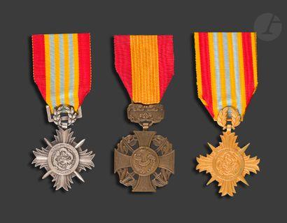 VIETNAM Trois médailles : - deux médailles...