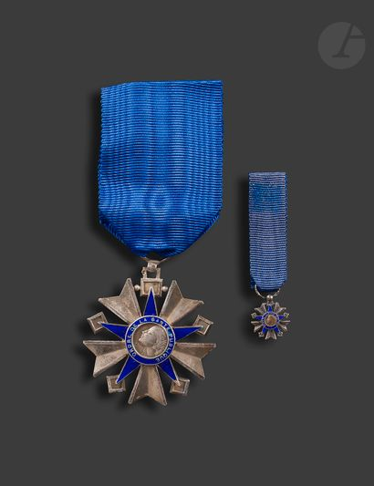 FRANCE ORDRE DU MÉRITE DE LA SANTÉ PUBLIQUE Trois décorations : - étoile d'officier...