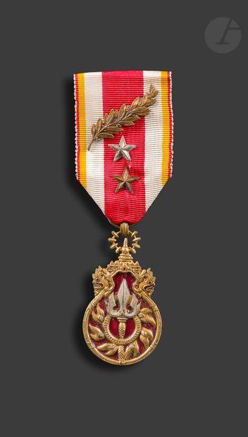 LAOS Médaille du combattant. En bronze doré,...