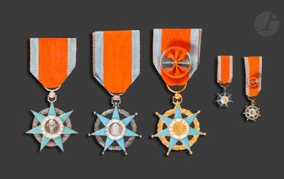 FRANCE ORDRE DU MÉRITE SOCIAL Ensemble de cinq décorations. - étoile d'officier...