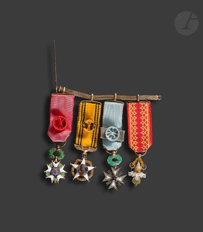 Chainette de gala en vermeil de quatre miniatures...
