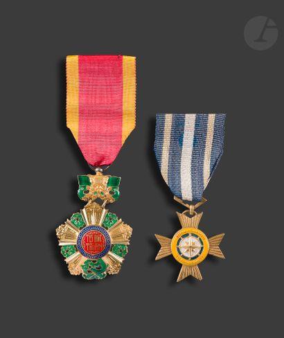 VIETNAM Deux médailles : - Médaille du Mérite...