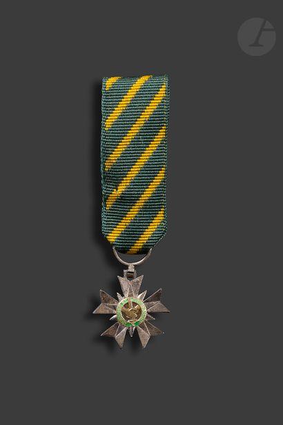 FRANCE ORDRE DU MÉRITE COMBATTANT. Étoile de chevalier miniature en argent, vermeil...