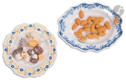 Un plat ovale et un plat rond en faïence...