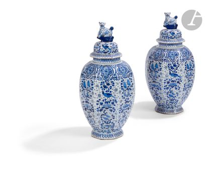 Delft Paire de vases à pans coupés couverts...