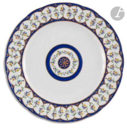 Sèvres Assiette en porcelaine tendre à décor...