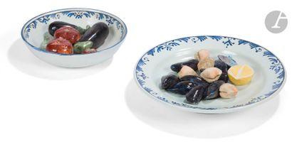 Deux plats ronds en faïence comprenant un...