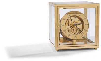 Pascal MORABITO par Lépée.Vers 1980. N°157  Pendulette en laiton doré dans un cube...