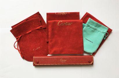 Lot d'étuis et pochettes suédines Cartier,...