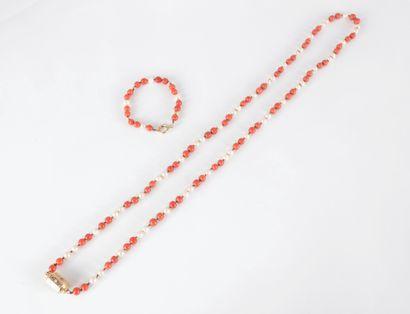 Long collier de billes de corail scandé de...