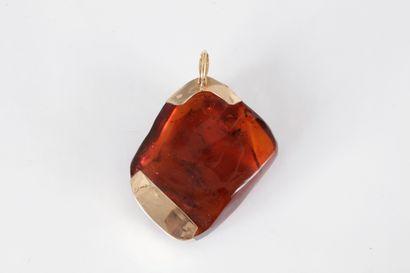 Pendentif galet d'ambre monté en or 14K (585)....