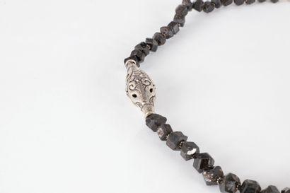 Collier de billes polyédriques de tourmalines noires scandées de motifs en métal...