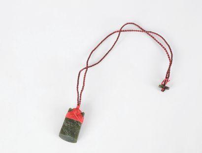 Collier orné d'un pendentif en jade lisse...